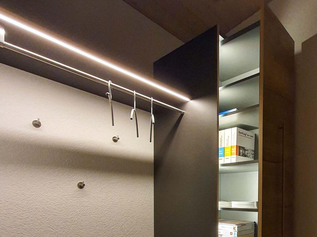 Wooddesign_ Garderobe_Ausstellung_ausziehbarer Schuhschrank_Sitzbank (1)