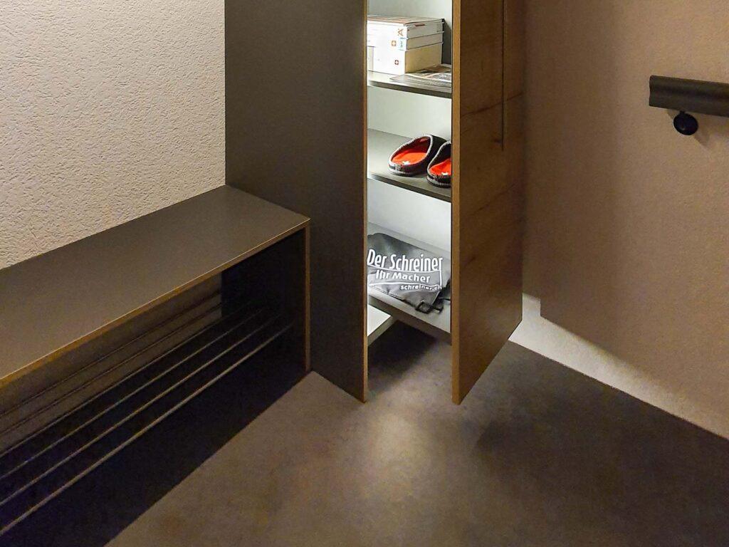 Wooddesign_ Garderobe_Ausstellung_ausziehbarer Schuhschrank_Sitzbank (2)