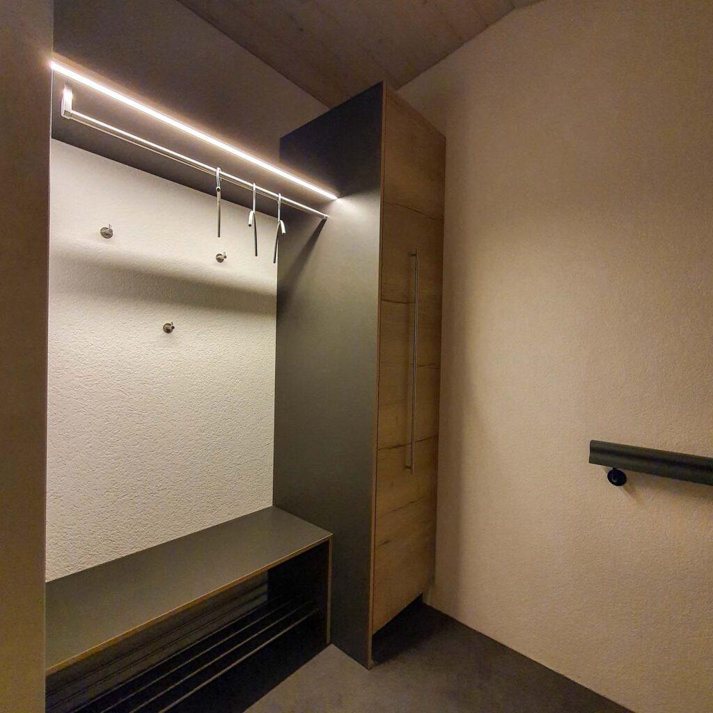 Wooddesign_ Garderobe_Ausstellung_ausziehbarer Schuhschrank_Sitzbank (3)