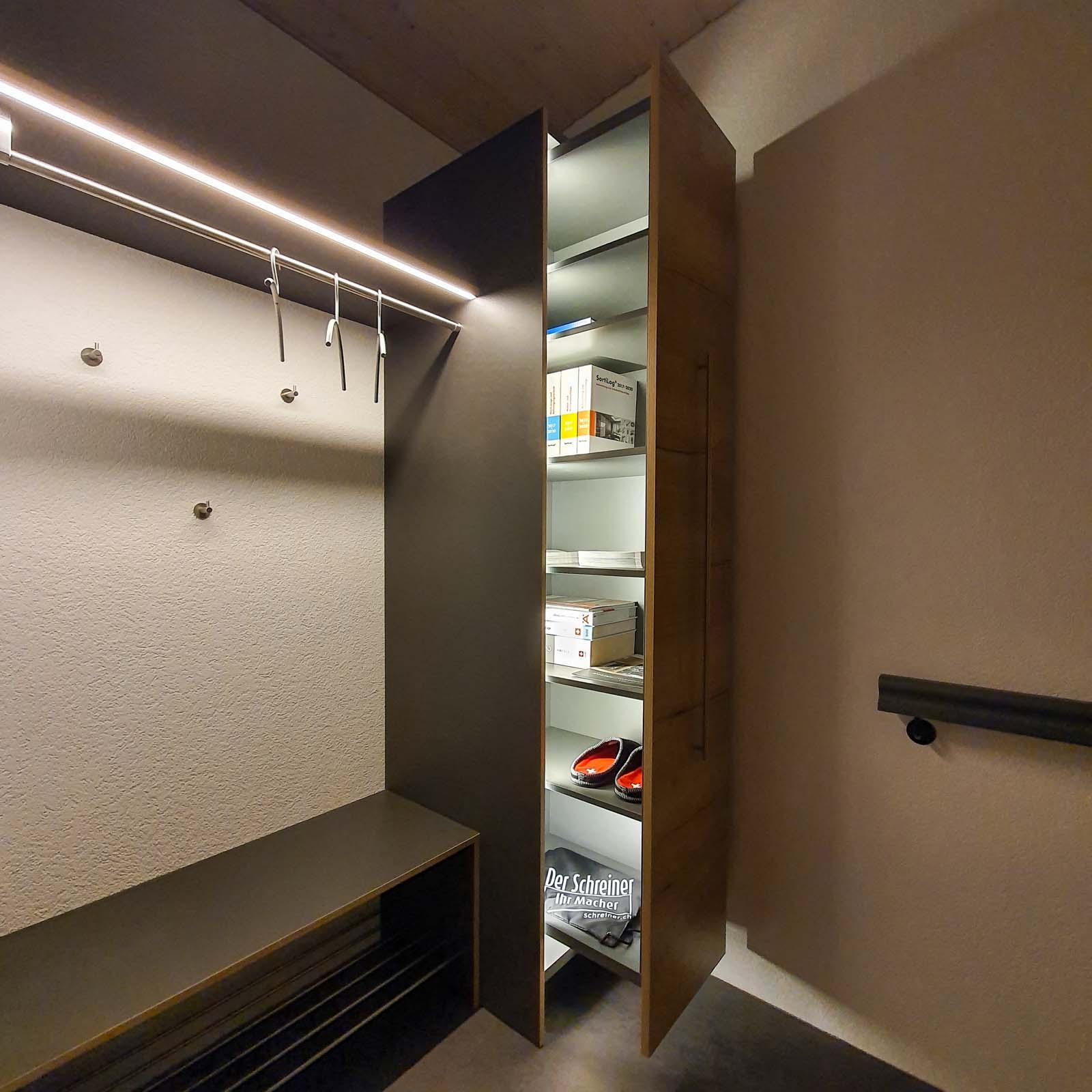 Wooddesign_ Garderobe_Ausstellung_ausziehbarer Schuhschrank_Sitzbank (4)