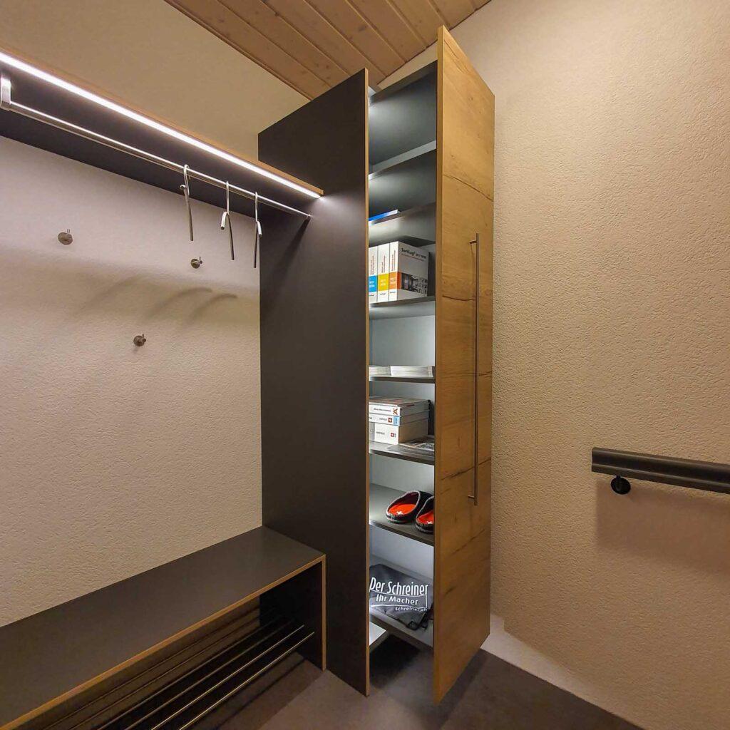 Wooddesign_ Garderobe_Ausstellung_ausziehbarer Schuhschrank_Sitzbank (5)