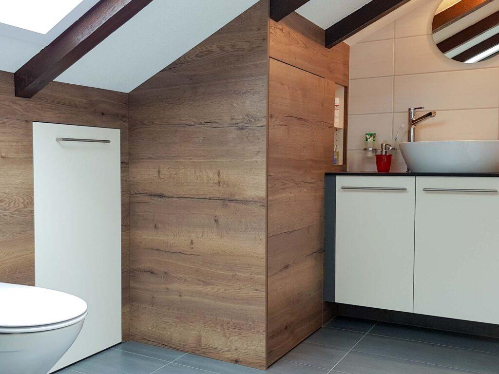 Wooddesign_Badmöbel_ Badumbau_ Dachschräge_Holzdecor_weiss (1)