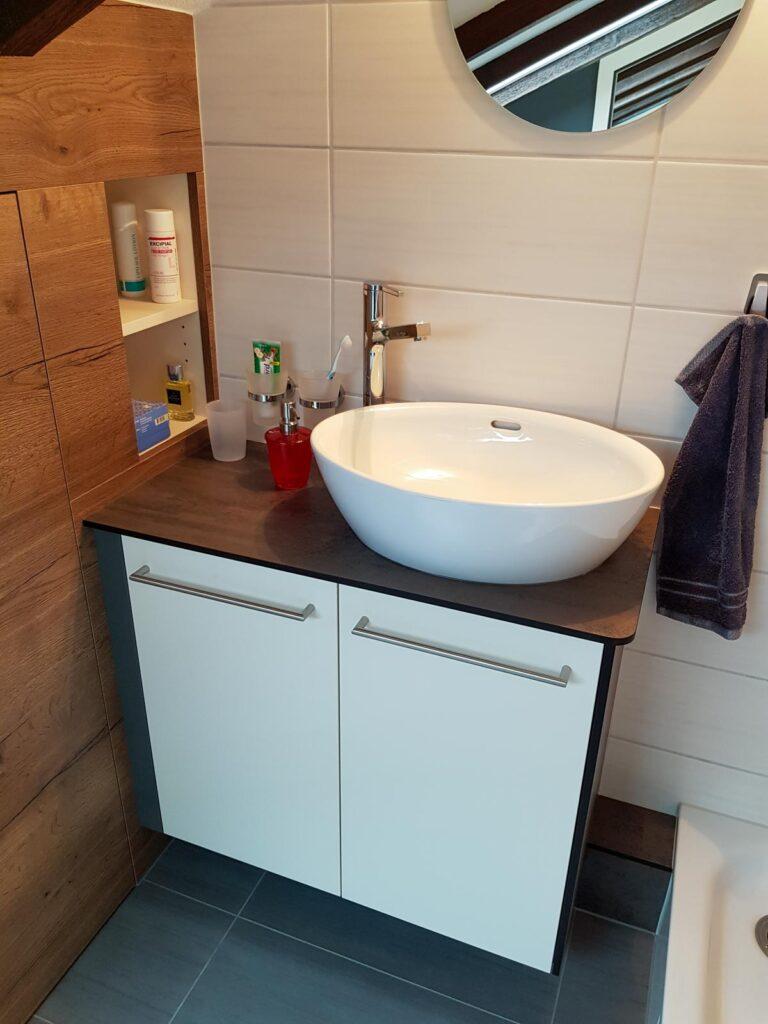 Wooddesign_Badmöbel_ Badumbau_ Dachschräge_Holzdecor_weiss (2)