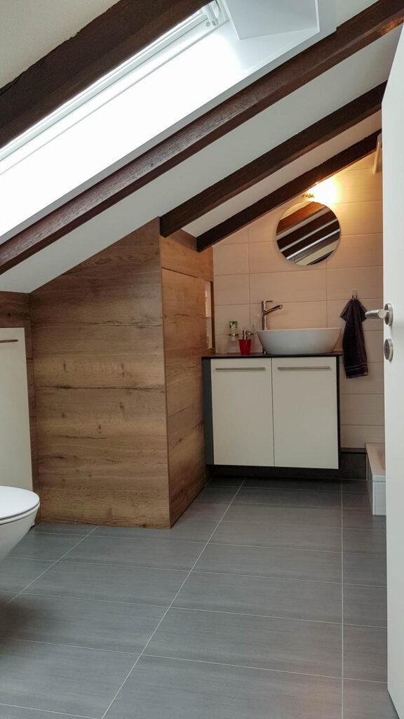 Wooddesign_Badmöbel_ Badumbau_ Dachschräge_Holzdecor_weiss (5)
