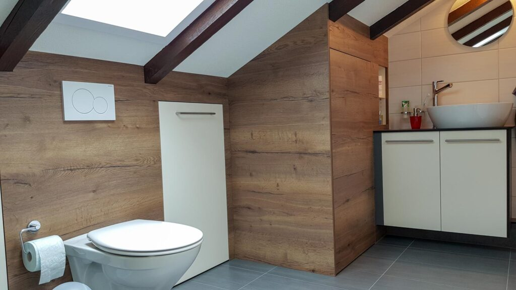 Wooddesign_Badmöbel_ Badumbau_ Dachschräge_Holzdecor_weiss (7)