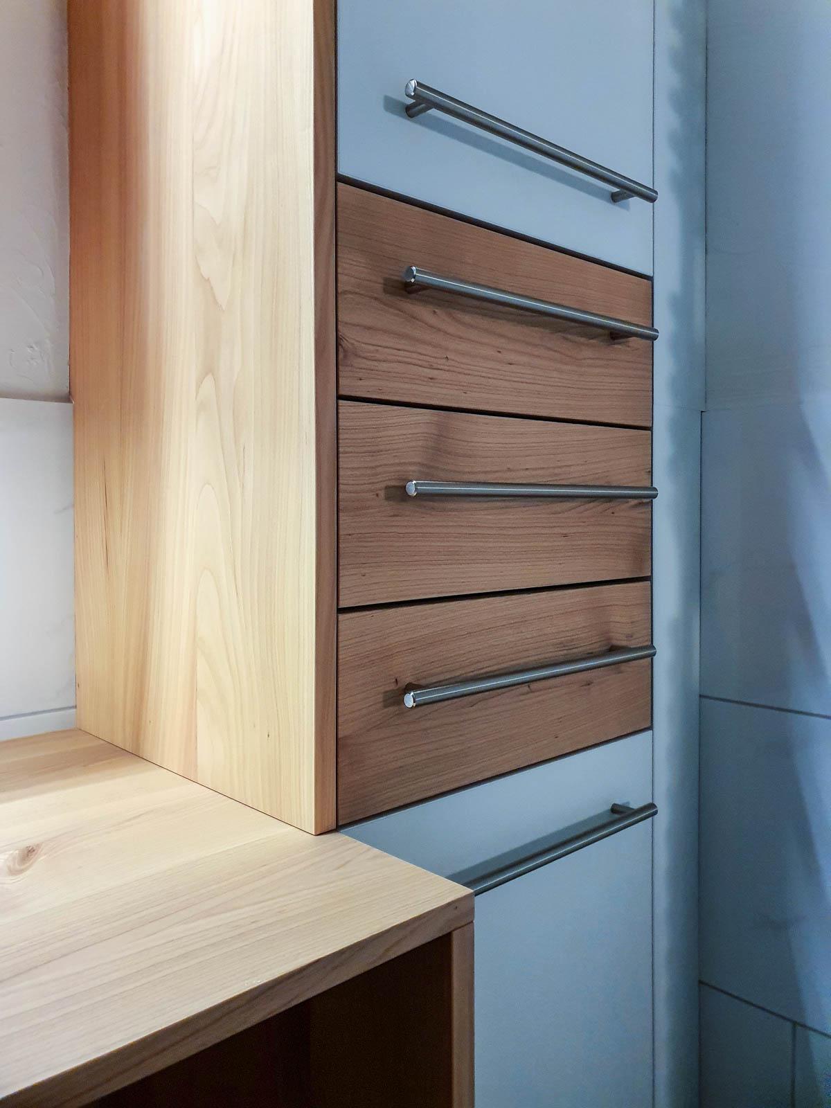 Wooddesign_Badmöbel_ Badumbau_ Kirschbaum_Massivholz_weisse Fronten_Holzabdeckung (5)