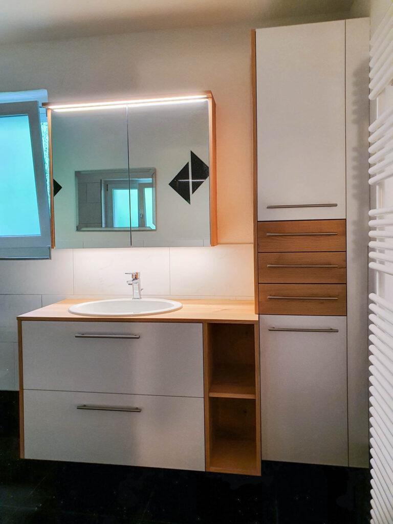 Wooddesign_Badmöbel_ Badumbau_ Kirschbaum_Massivholz_weisse Fronten_Holzabdeckung (6)
