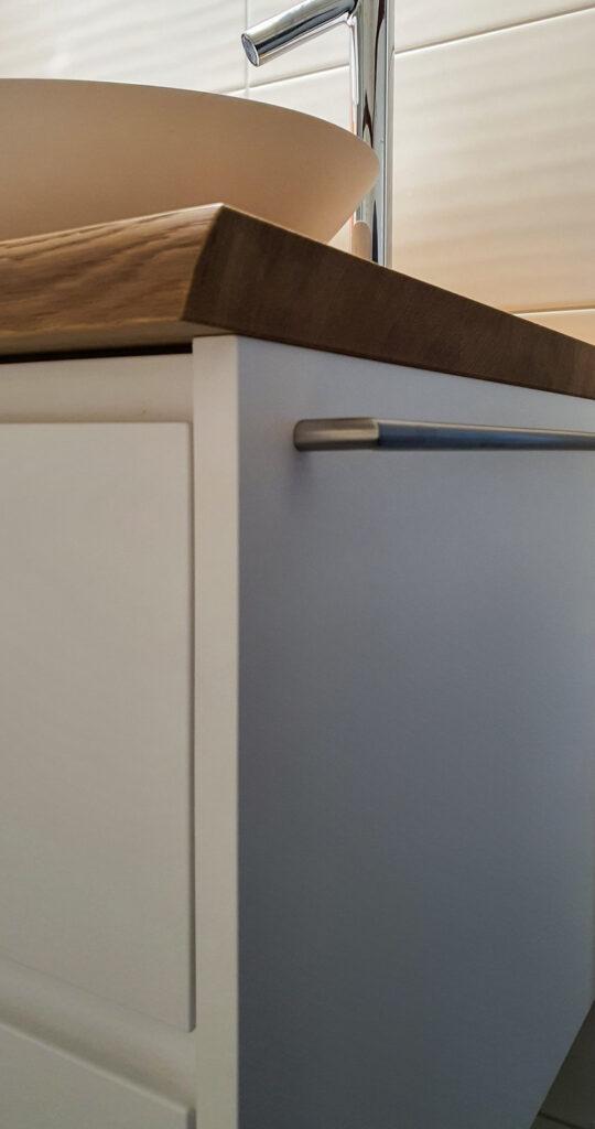 Wooddesign_Badmöbel_ Badumbau_Holzabdeckung mit Baumkante_Aufsatzbecken_weiss_MDF-Fonten weiss lackiert_Griffleisten eingefräst (3)