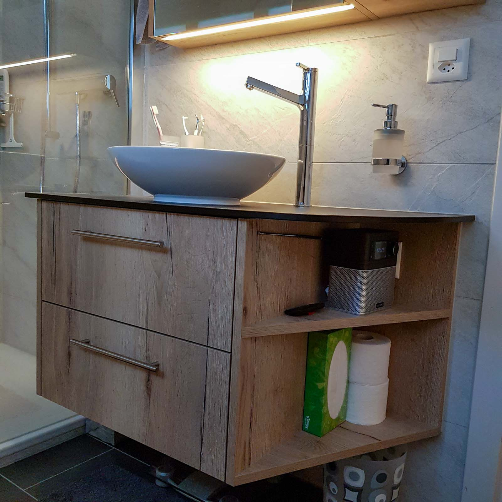 Wooddesign_Badmöbel_ Badumbau_LED Beleuchtung_Holzdecor_Vollkernplatte_Becken aufgesetzt (1)
