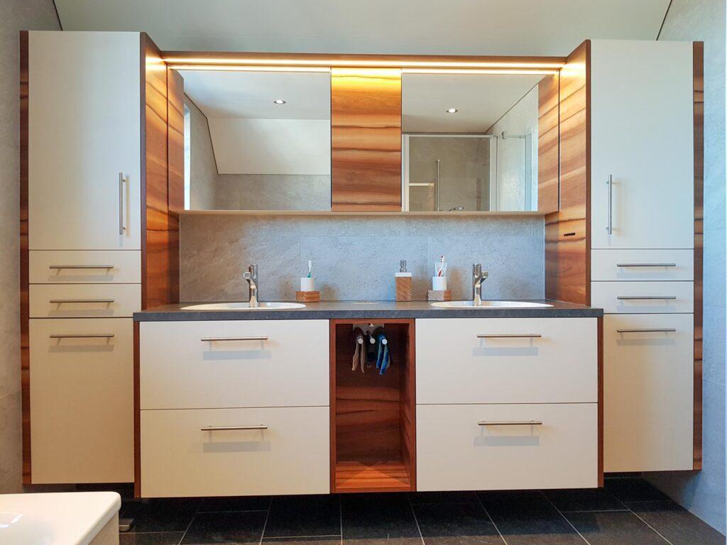 Wooddesign_Badmöbel_ Badumbau_Nussbaum furniert_weisse Fronten_Kunstharzabdeckung_Waschbecken eingelassen-Duschtrennwand-LED-Beleuchtung (1)