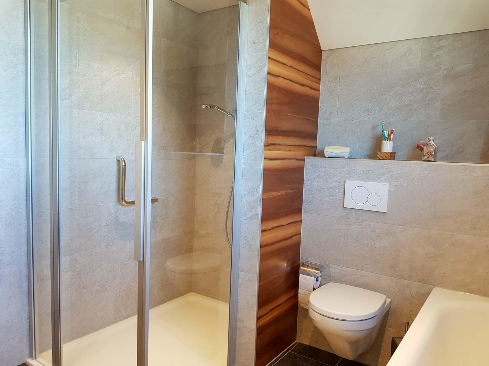 Wooddesign_Badmöbel_ Badumbau_Nussbaum furniert_weisse Fronten_Kunstharzabdeckung_Waschbecken eingelassen-Duschtrennwand-LED-Beleuchtung (2)