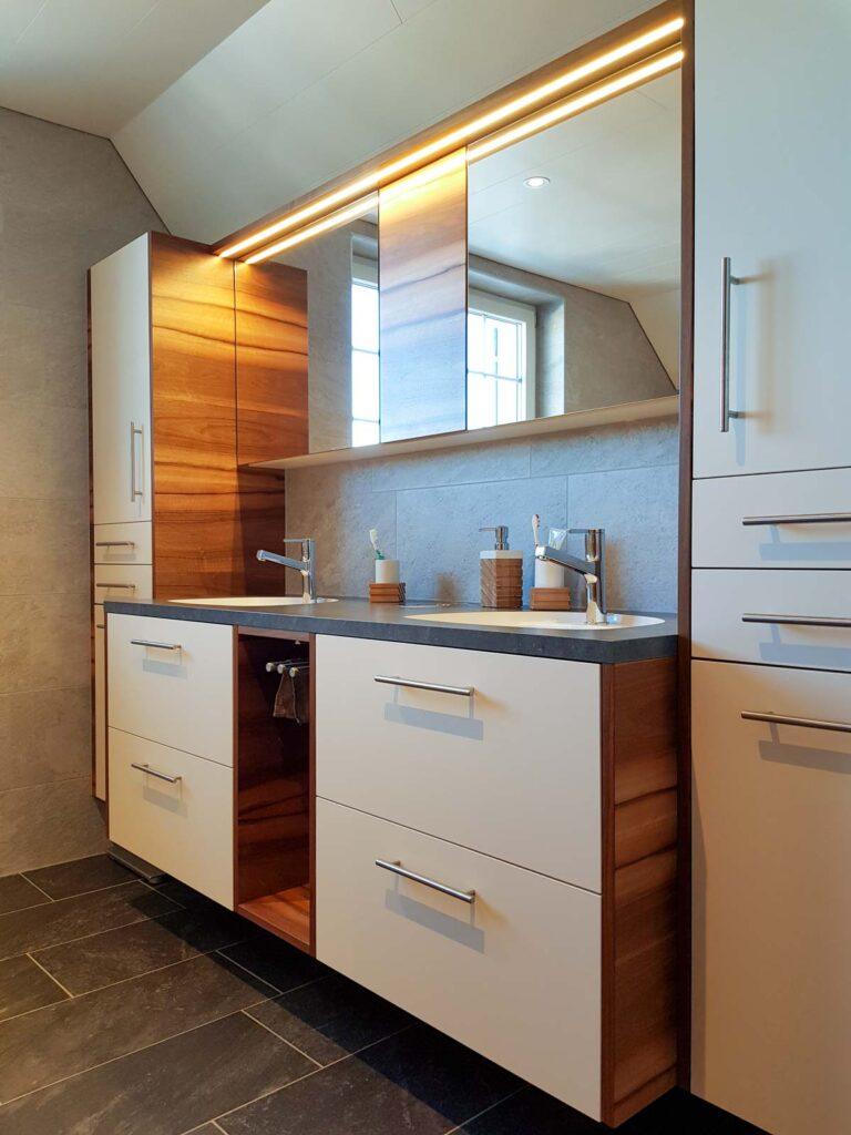 Wooddesign_Badmöbel_ Badumbau_Nussbaum furniert_weisse Fronten_Kunstharzabdeckung_Waschbecken eingelassen-Duschtrennwand-LED-Beleuchtung (5)