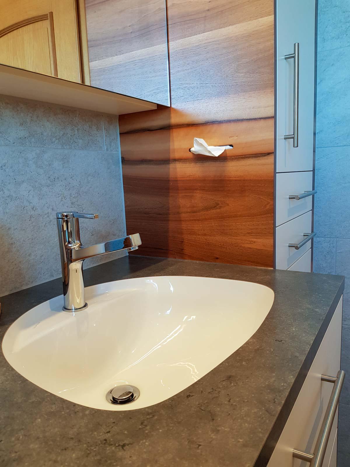 Wooddesign_Badmöbel_ Badumbau_Nussbaum furniert_weisse Fronten_Kunstharzabdeckung_Waschbecken eingelassen-Duschtrennwand-LED-Beleuchtung (7)