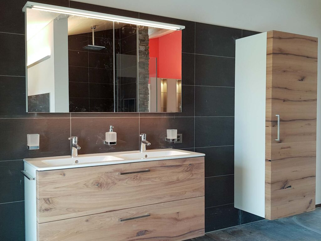Wooddesign_Badmöbel_ Neubau_Eiche Altholz_LED Beleuchtung_englische Schubladen_weisse Sichtseiten_lackierte Fronten (1)