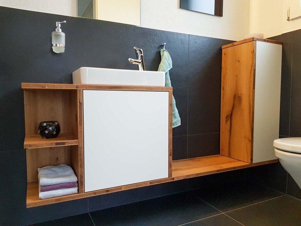 Wooddesign_Badmöbel_Gäste-WC_Eiche Alltholz_weisse Fronten_Holzabdeckung_Aufsatzbecken (1)