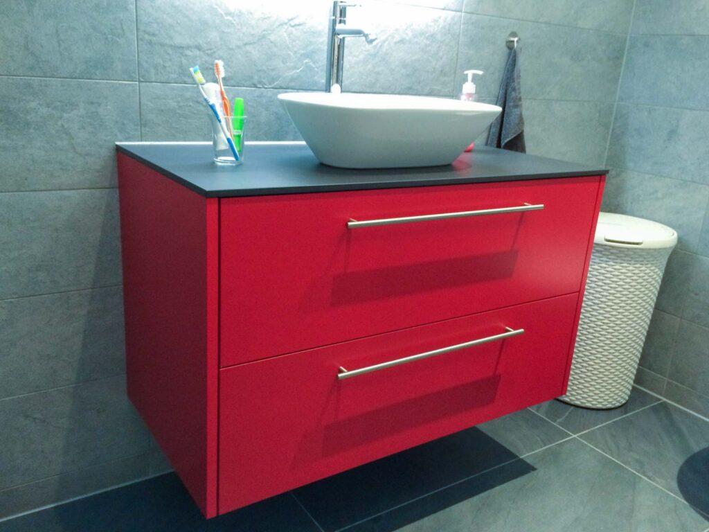 Wooddesign_Badmöbel_rot_Vollkernplatte_Keramikplatte_Aufsatzbecken