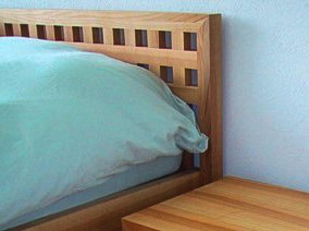 Wooddesign_Bett_Trinatura_Ankleide_Nachttisch_Nussbaum_Kopfteil (2)
