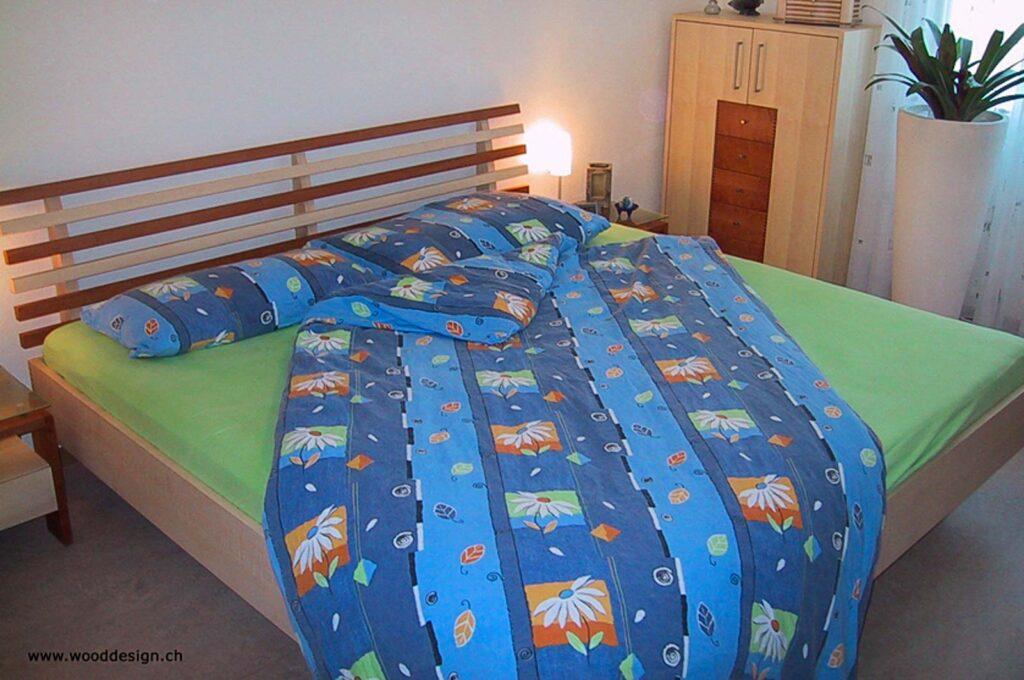 Wooddesign_Bett_Trinatura_Kopfteil_ Massivholz-Nachttischli (1)