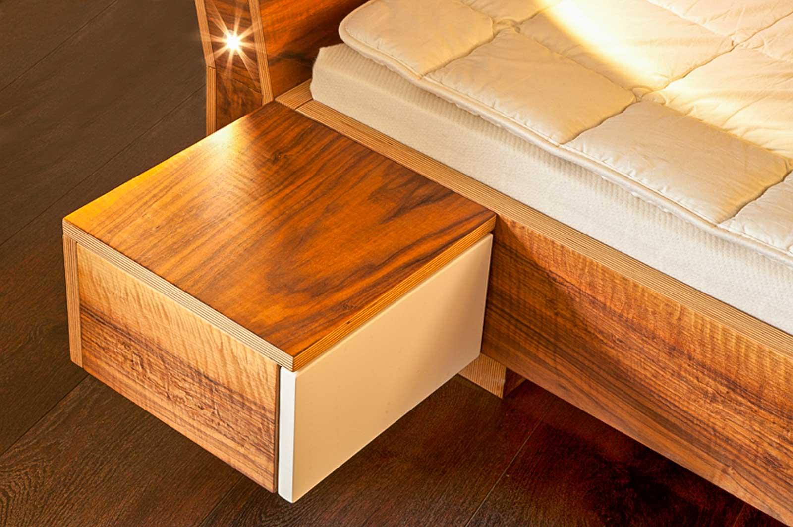 Wooddesign_Bett_Trinatura_Testbett_Nussbaum_Leseleuchte_Kopfteil (2)