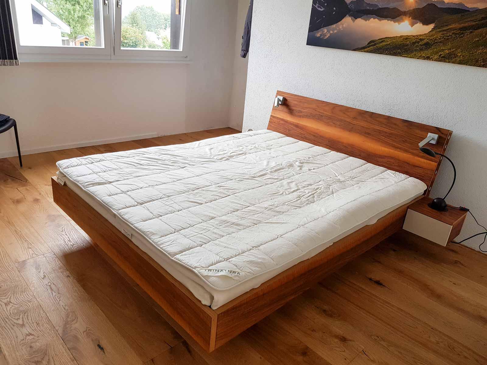 Wooddesign_Bett_Trinatura_Testbett_Nussbaum_Leseleuchte_Kopfteil (3)