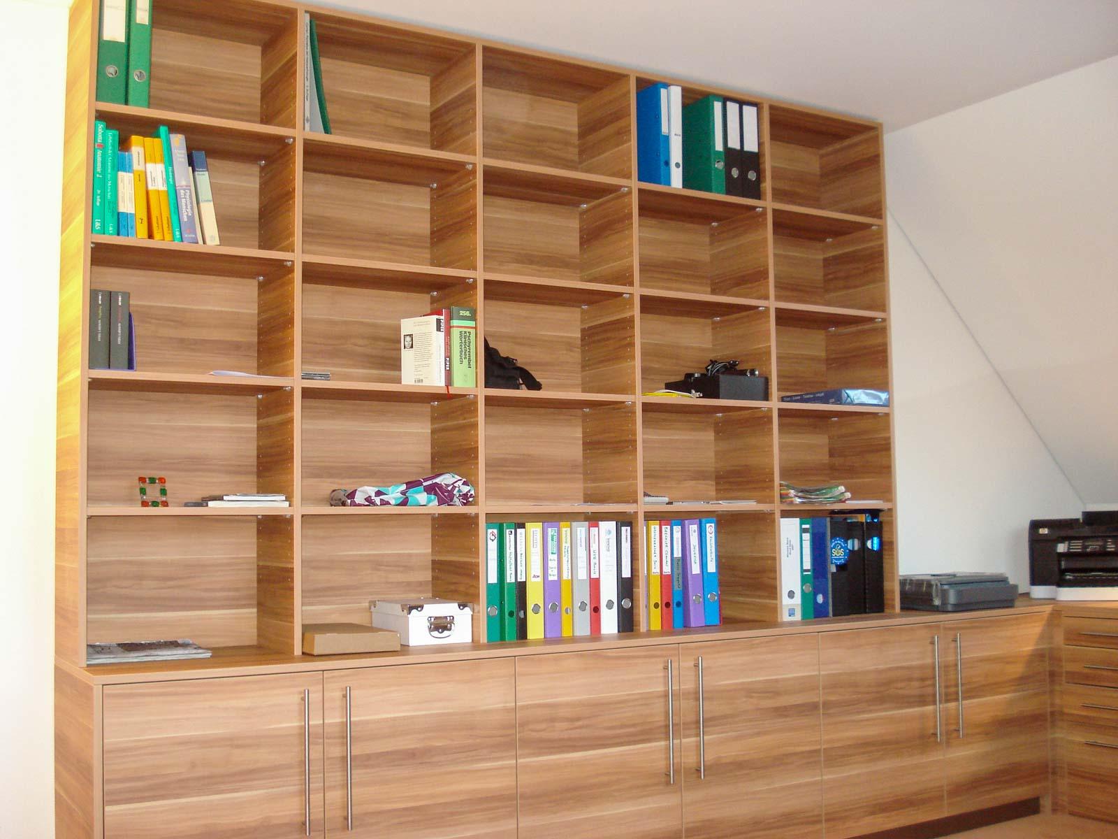 Wooddesign_Büro_Homeoffice_Schreibtisch_Pinwand_Magnetwand_Schubladen_Wandschrank_Regal_Holz_versenkbare Steckdose(1)