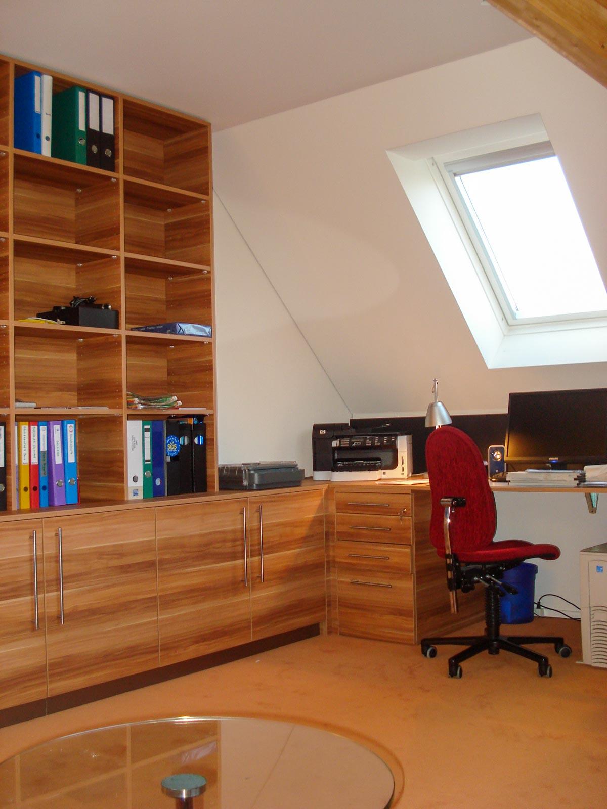 Wooddesign_Büro_Homeoffice_Schreibtisch_Pinwand_Magnetwand_Schubladen_Wandschrank_Regal_Holz_versenkbare Steckdose(2)