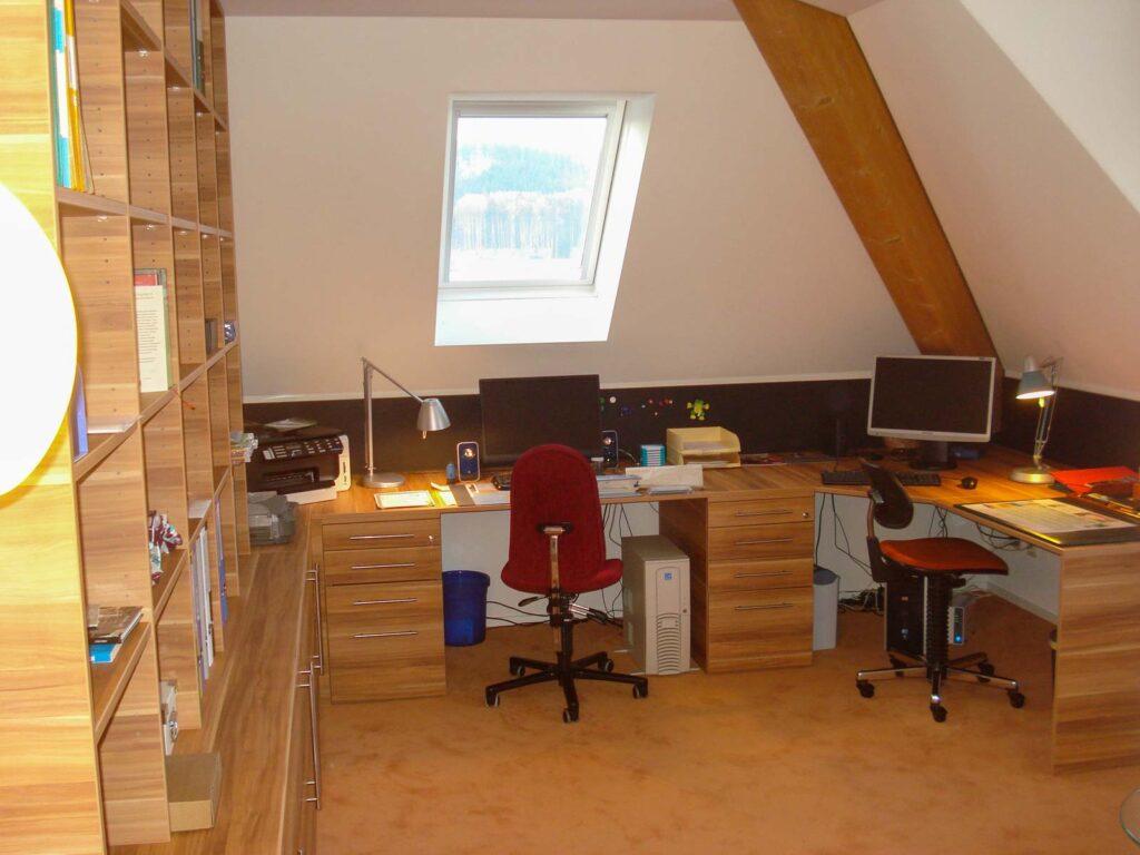 Wooddesign_Büro_Homeoffice_Schreibtisch_Pinwand_Magnetwand_Schubladen_Wandschrank_Regal_Holz_versenkbare Steckdose(3)