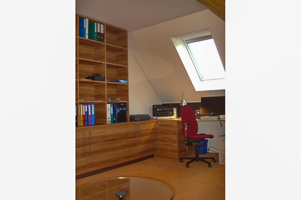 Wooddesign_Büro_Homeoffice_Schreibtisch_Pinwand_Magnetwand_Schubladen_Wandschrank_Regal_Holz_versenkbare Steckdose(5)