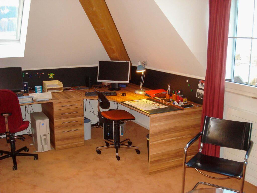 Wooddesign_Büro_Homeoffice_Schreibtisch_Pinwand_Magnetwand_Schubladen_Wandschrank_Regal_Holz_versenkbare Steckdose(6)