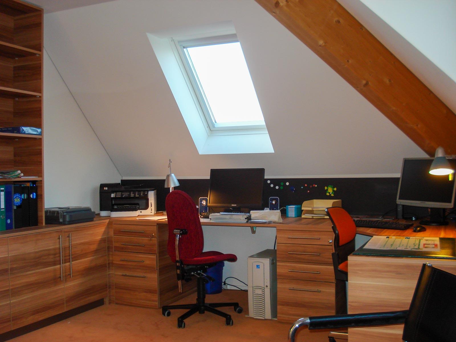 Wooddesign_Büro_Homeoffice_Schreibtisch_Pinwand_Magnetwand_Schubladen_Wandschrank_Regal_Holz_versenkbare Steckdose(7)