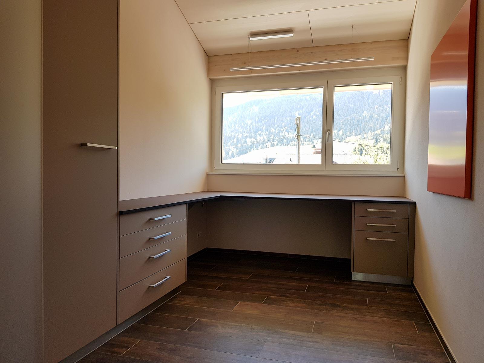 Wooddesign_Büro_Homeoffice_Schreibtisch_höhenverstellbar_Regal_Schubladen_Wandschrank_Glastüre (1)