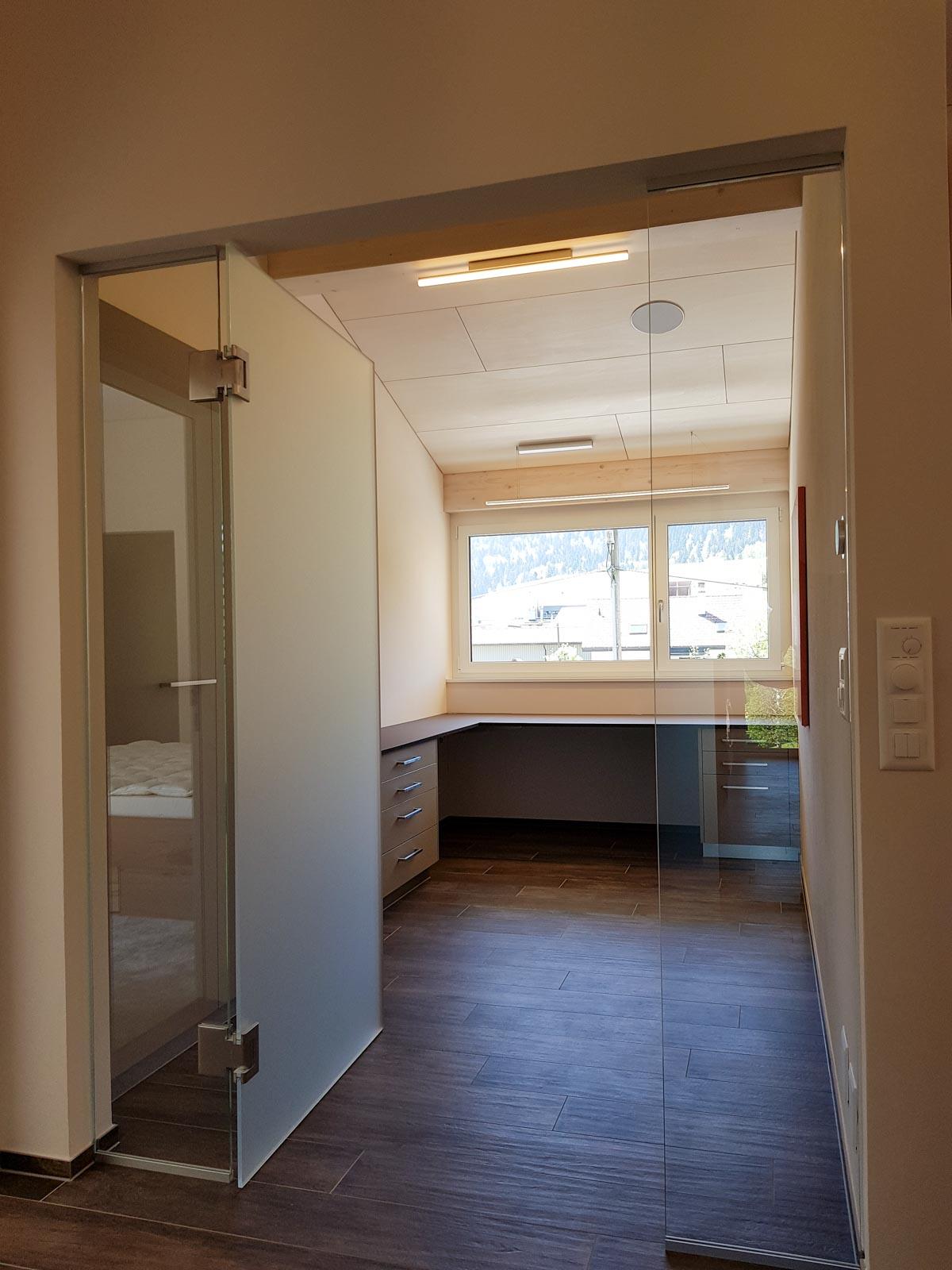 Wooddesign_Büro_Homeoffice_Schreibtisch_höhenverstellbar_Regal_Schubladen_Wandschrank_Glastüre (2)