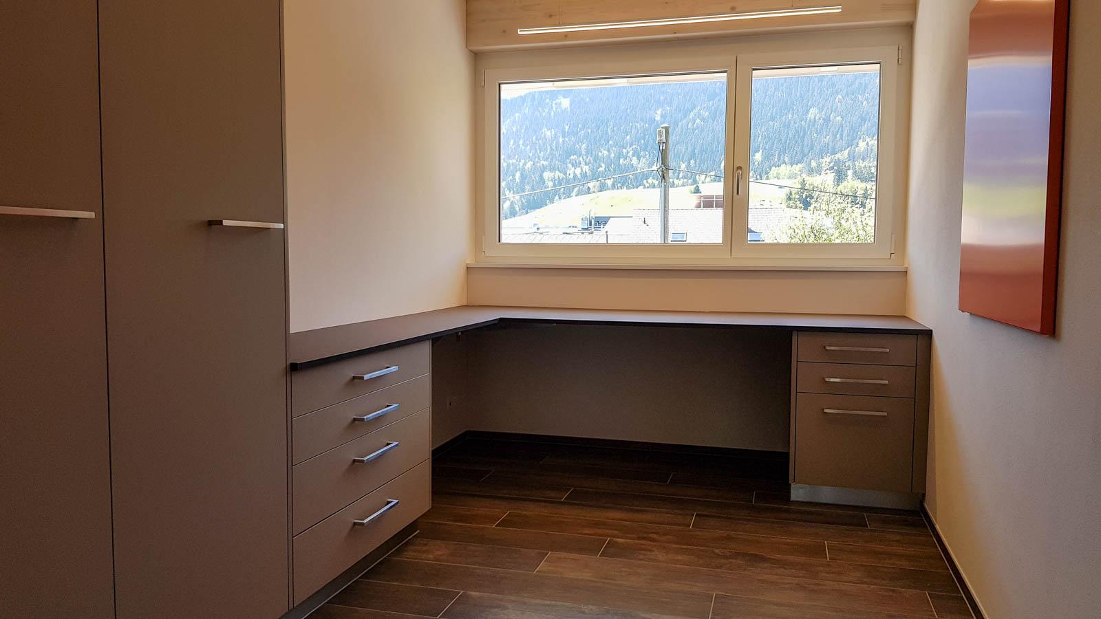 Wooddesign_Büro_Homeoffice_Schreibtisch_höhenverstellbar_Regal_Schubladen_Wandschrank_Glastüre (3)