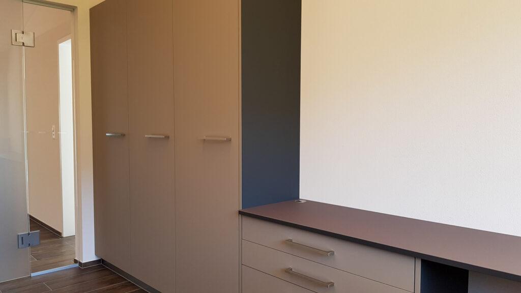 Wooddesign_Büro_Homeoffice_Schreibtisch_höhenverstellbar_Regal_Schubladen_Wandschrank_Glastüre (4)