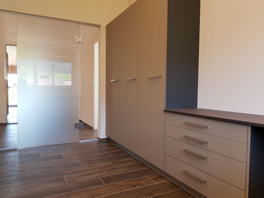 Wooddesign_Büro_Homeoffice_Schreibtisch_höhenverstellbar_Regal_Schubladen_Wandschrank_Glastüre (5)