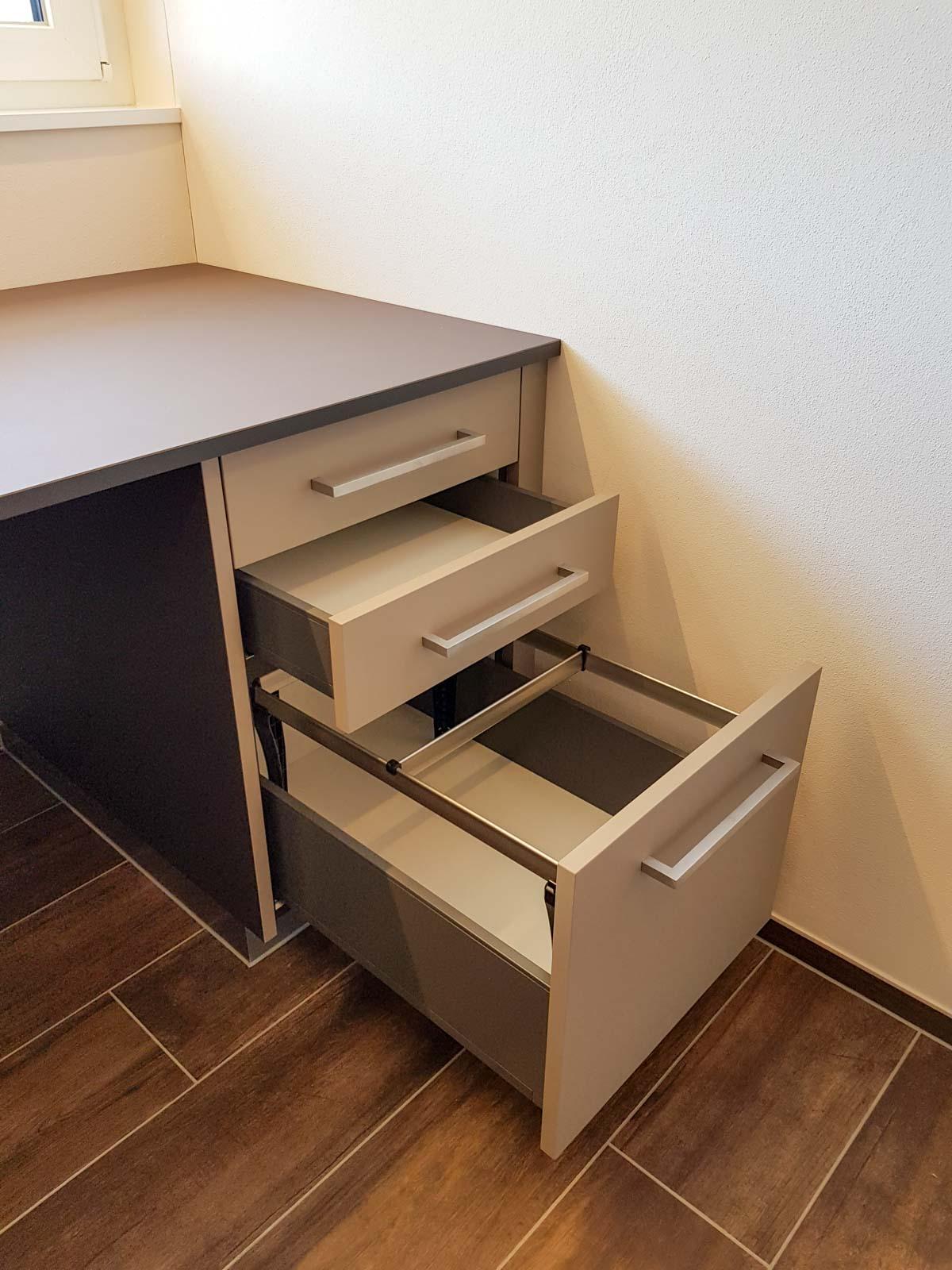 Wooddesign_Büro_Homeoffice_Schreibtisch_höhenverstellbar_Regal_Schubladen_Wandschrank_Glastüre (6)