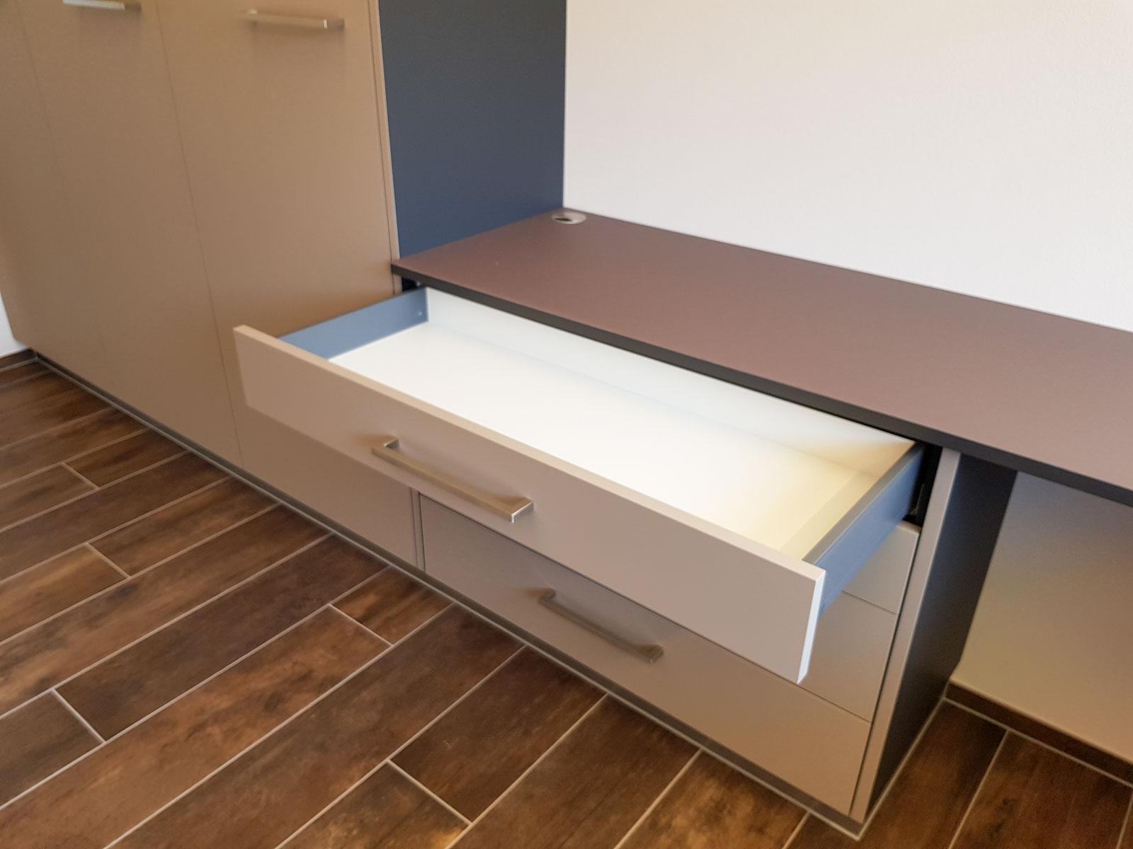 Wooddesign_Büro_Homeoffice_Schreibtisch_höhenverstellbar_Regal_Schubladen_Wandschrank_Glastüre (7)