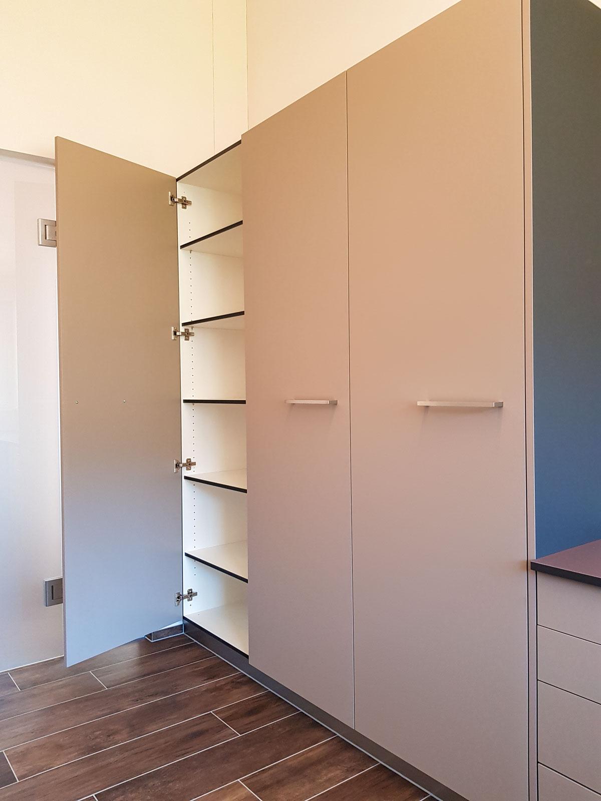 Wooddesign_Büro_Homeoffice_Schreibtisch_höhenverstellbar_Regal_Schubladen_Wandschrank_Glastüre (8)
