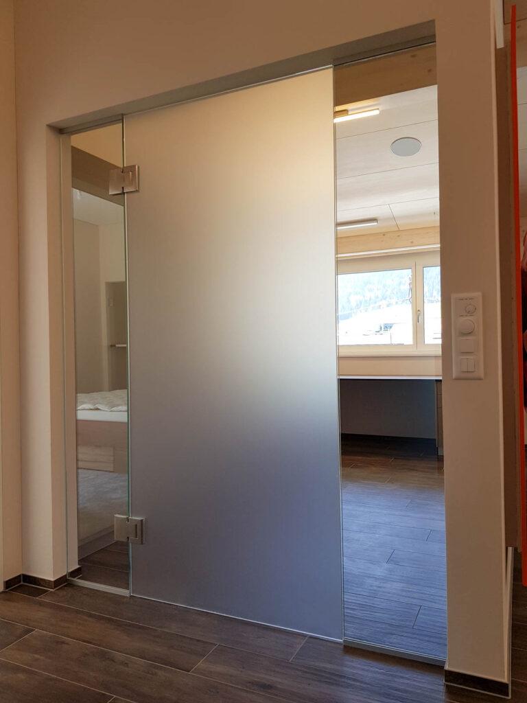 Wooddesign_Büro_Homeoffice_Schreibtisch_höhenverstellbar_Regal_Schubladen_Wandschrank_Glastüre (9)