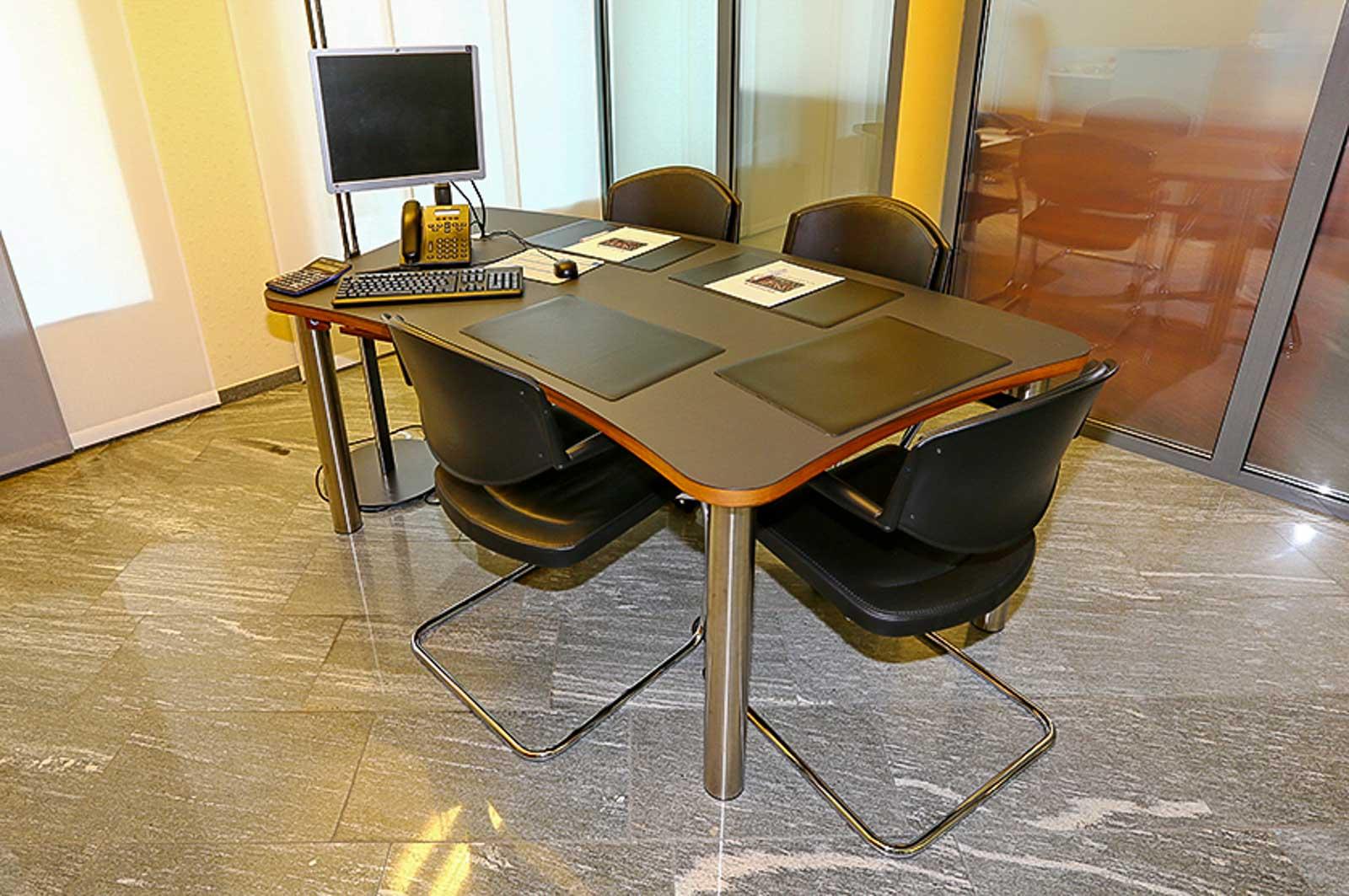 Wooddesign_Büro_Homeoffice_Schreibtisch_höhenverstellbar_Regal_Schubladen_Wandschrank_Sideboard_Besprechungstisch_Empfangstheke (2)