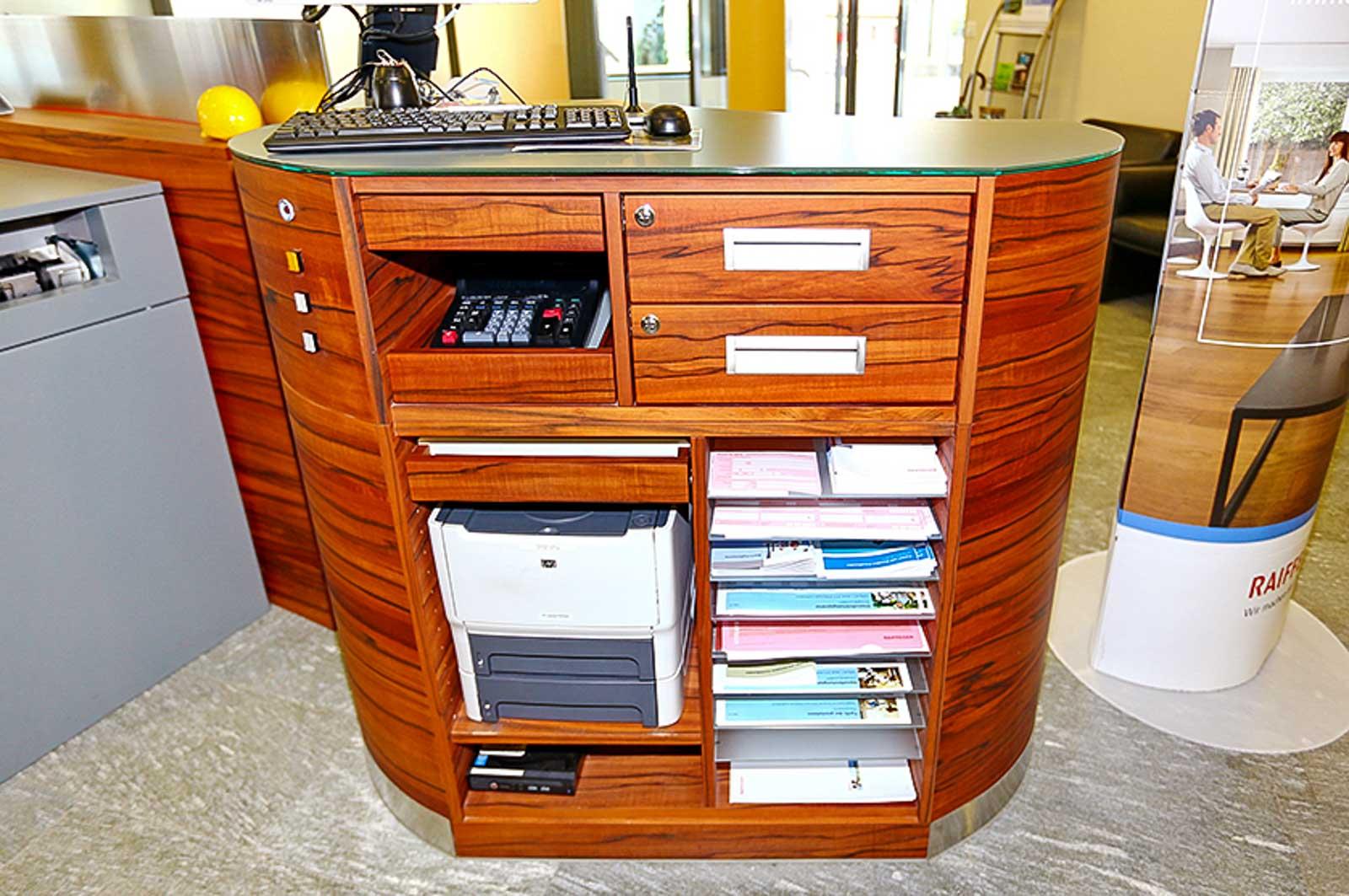 Wooddesign_Büro_Homeoffice_Schreibtisch_höhenverstellbar_Regal_Schubladen_Wandschrank_Sideboard_Besprechungstisch_Empfangstheke (3)
