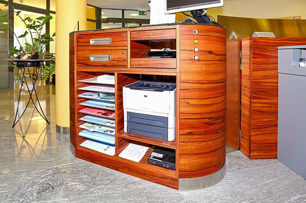 Wooddesign_Büro_Homeoffice_Schreibtisch_höhenverstellbar_Regal_Schubladen_Wandschrank_Sideboard_Besprechungstisch_Empfangstheke (4)