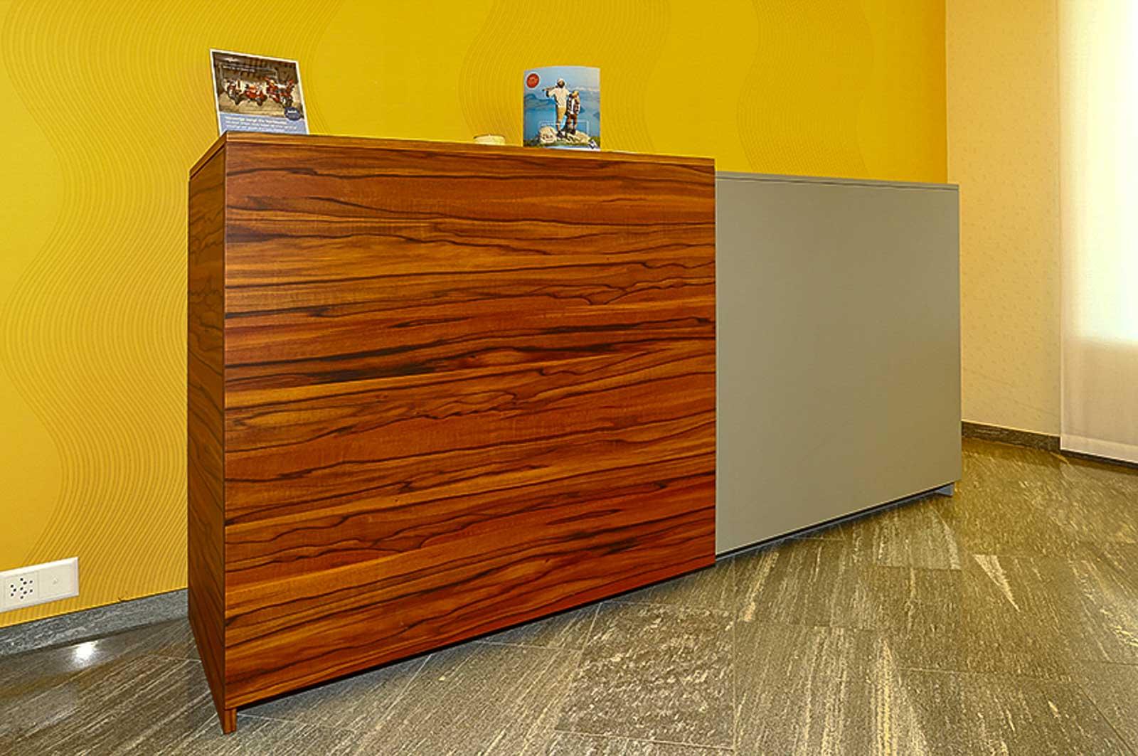 Wooddesign_Büro_Homeoffice_Schreibtisch_höhenverstellbar_Regal_Schubladen_Wandschrank_Sideboard_Besprechungstisch_Empfangstheke (5)
