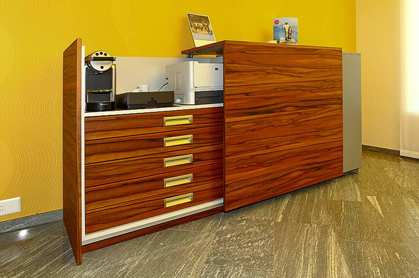 Wooddesign_Büro_Homeoffice_Schreibtisch_höhenverstellbar_Regal_Schubladen_Wandschrank_Sideboard_Besprechungstisch_Empfangstheke (6)