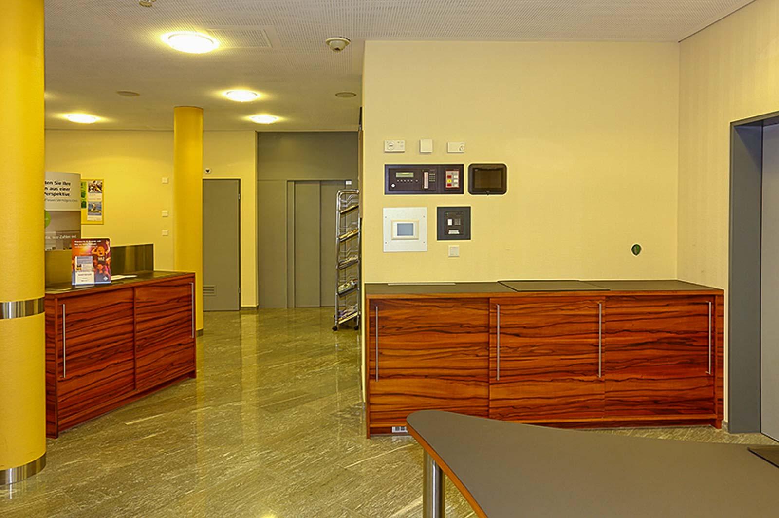 Wooddesign_Büro_Homeoffice_Schreibtisch_höhenverstellbar_Regal_Schubladen_Wandschrank_Sideboard_Besprechungstisch_Empfangstheke (7)