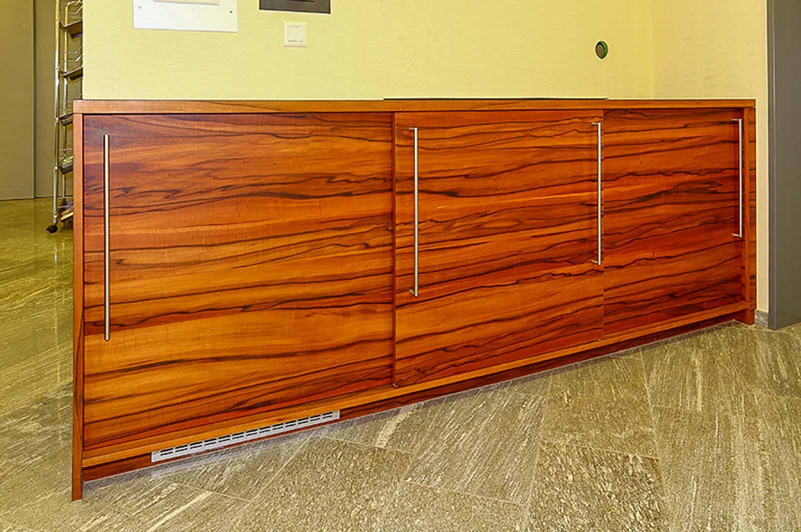 Wooddesign_Büro_Homeoffice_Schreibtisch_höhenverstellbar_Regal_Schubladen_Wandschrank_Sideboard_Besprechungstisch_Empfangstheke (8)