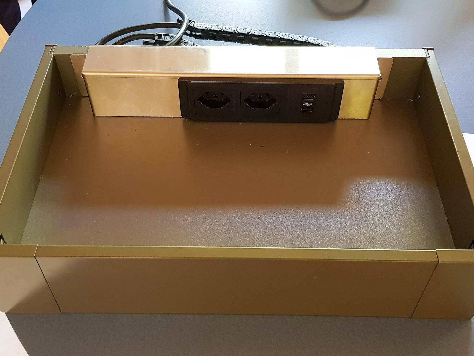 Wooddesign_Büro_Homeoffice_Schreibtisch_versenkbare Steckdose_Steckdose in Schublade_Schubladen (1)