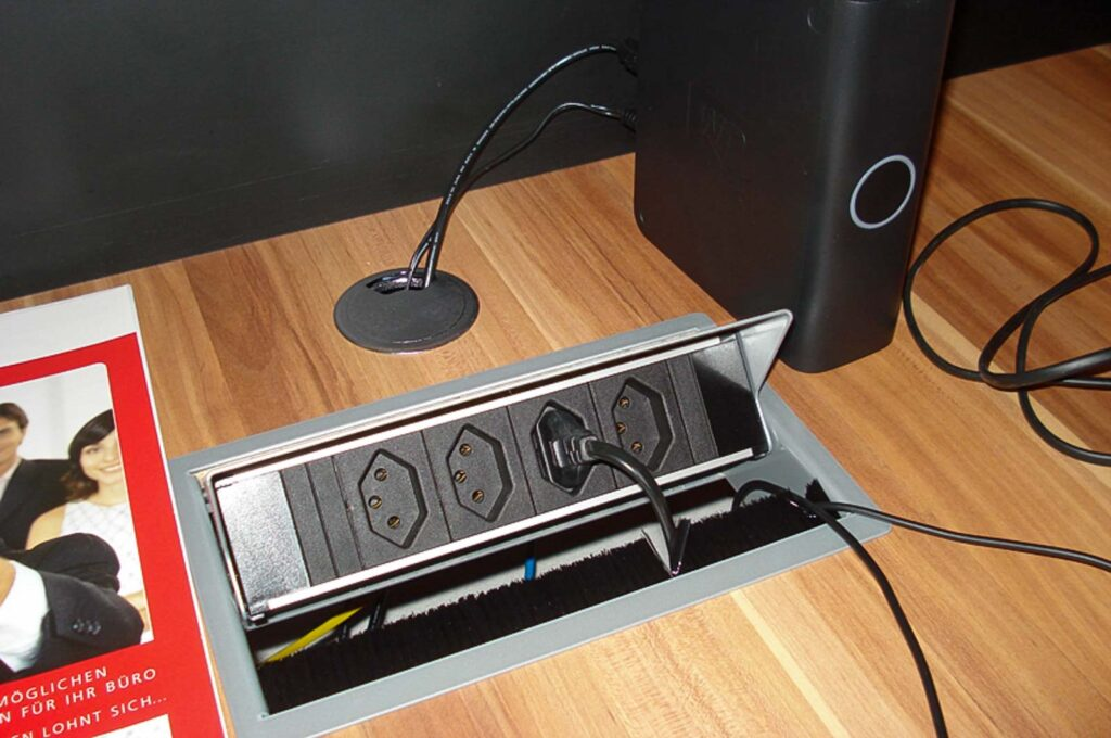 Wooddesign_Büro_Homeoffice_Schreibtisch_versenkbare Steckdose_Steckdose in Schublade_Schubladen (2)