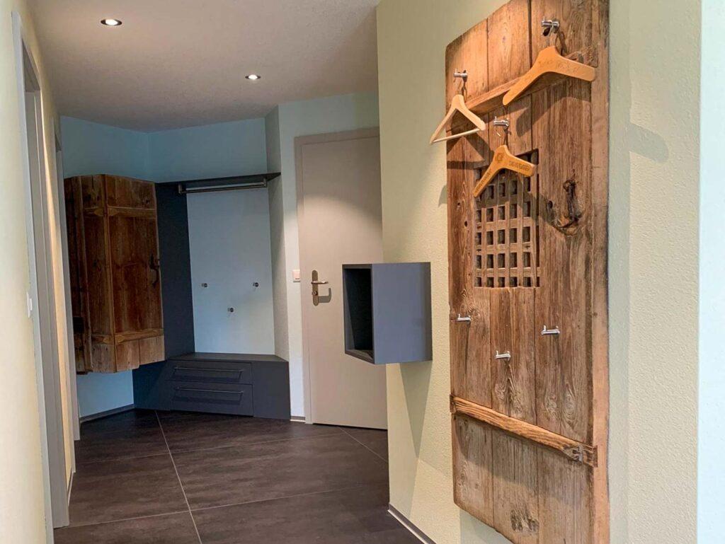 Wooddesign_Garderobe_Altholz_anthrazit_offene Garderobe_Edelstahl_modern_rustukal (1)
