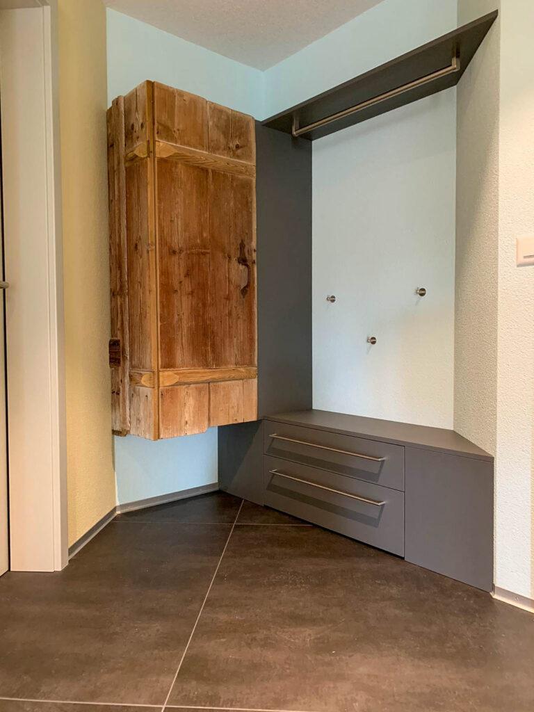 Wooddesign_Garderobe_Altholz_anthrazit_offene Garderobe_Edelstahl_modern_rustukal (6)